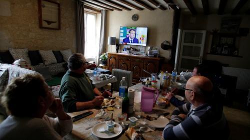 """Emmanuel Macron sur TF1 : """"On s'en moque des mercis, ce qu'il faut c'est des actes!"""", estime une retraitée devant sa télé"""