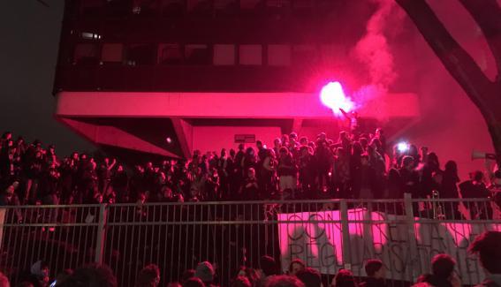 Les occupants de Tolbiac, à Paris, font brûler un fumigène, jeudi 12 avril, alors que les CRS encadrent le site.