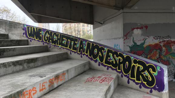 Un tag sur les amphithéâtres d'été de Tolbiac.