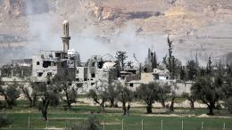 Un nuage de fumée aux alentours de la ville de Douma en Syrie, le 8 avril 2018, au lendemain d\'une attaque chimique présumée.