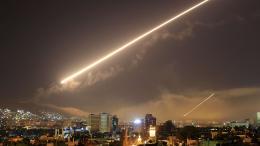 Le ciel de Damas (Syrie) traversé par les missiles pendant les frappes coordonnées par les Etats-Unis, la France et le Royaume-Unis, très tôt le samedi 14 avril 2018. La capitale de la Syrie a été secouée par de bruyantes explosions, au moment même où Donald Trump annoncait cette opération à Washington.