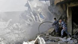 Des soldats syriens inspectent un bâtiment en ruines situé dans le quartier de Barzeh, dans le nord de Damas, samedi 14 avril 2018.