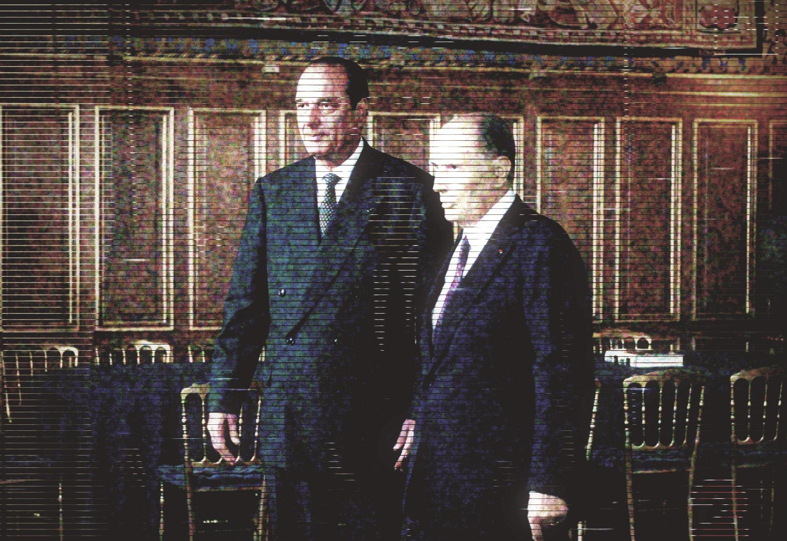 Une fois le livre d\'or signé, Jacques Chiracet François Mitterrand s\'apprêtent à regagner l\'assistance.