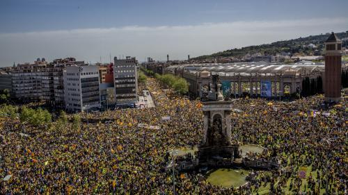 Catalogne: plus de 300000personnes défilent à Barcelone contre la détention d'indépendantistes