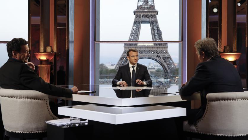 Le président de la République, Emmanuel Macron, face à Edwy Plenel (Mediapart) et Jean-Jacques Bourdin (RMC-BFMTV), le 15 avril 2018 à Paris.