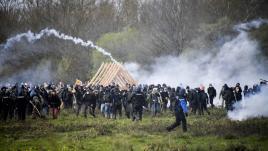 VIDEO. Notre-Dame-des-Landes : bulldozers, lacrymogènes, cocktails Molotov... Les images des affrontements entre zadistes et forces de l'ordre