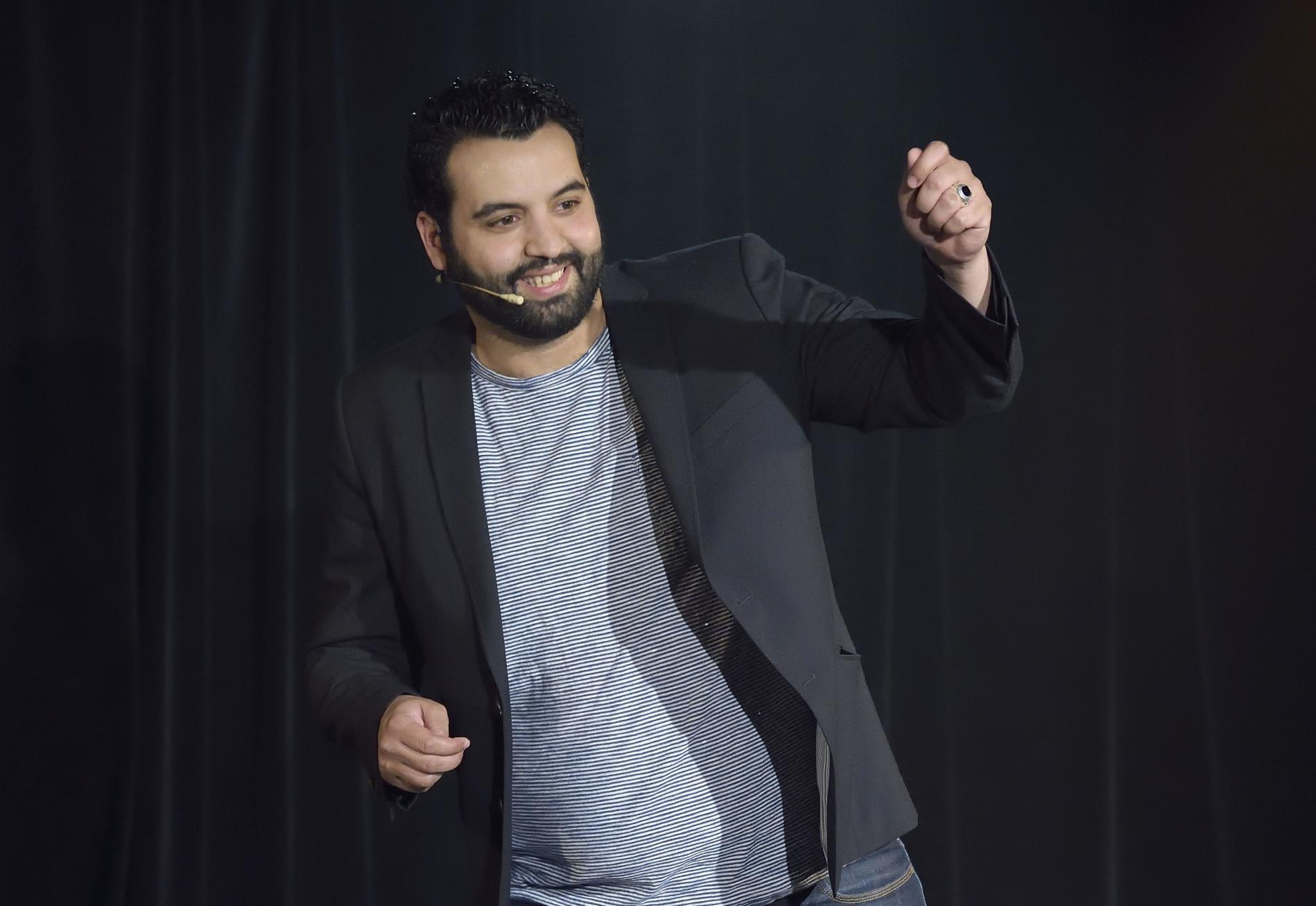 """L\'humoriste Yassine Belattar présente son spectacle \""""Ingérable\"""" au Théâtre de Dix heures, à Paris, le 20 mai 2016."""