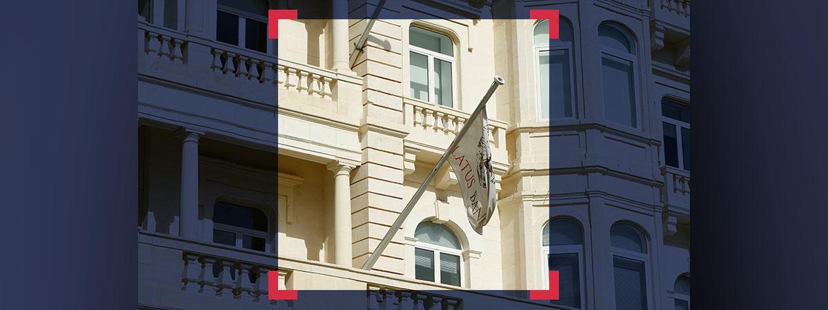 Drapeau de la Pilatus Bank sur le fronton du bâtiment de l\'établissement bancaire, à Malte.