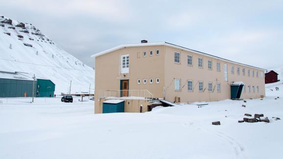 L\'ancien hôpital de Longyearbyen, abandonné par ses habitants depuis 2016,ici photographié le 28 mars 2018.