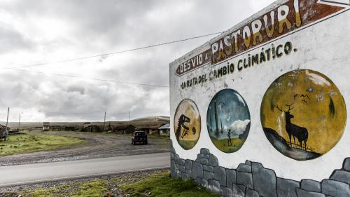 """VIDEO. """"Le glacier n'est plus qu'une carapace vide"""" : au Pérou, sur """"la route du changement climatique"""""""