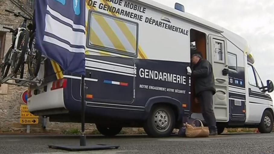 vienne des gendarmes en camping car. Black Bedroom Furniture Sets. Home Design Ideas