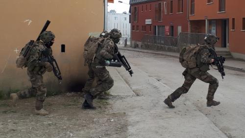 """""""C'est un exercice de 96 heures non-stop, sans pause"""" : dans les rues fictives de Jeoffrécourt, les soldats français s'entraînent au combat urbain"""