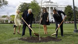 VIDEO. Jardinage, Bureau ovale, anecdotes historiques... Les premières heures étonnantes de Macron aux Etats-Unis