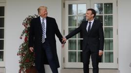 """VIDEO. Bises, compliments et clins d'œil... Trois jours de """"bromance"""" entre Trump et Macron"""