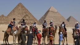 543b55c302a48f Des touristes posent devant le complexe des pyramides de Gizeh, dans la  banlieue de la