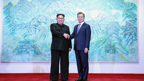 VIDEO. Poignée de main entre Kim Jong-un et Moon Jae-in avant leur sommet historique