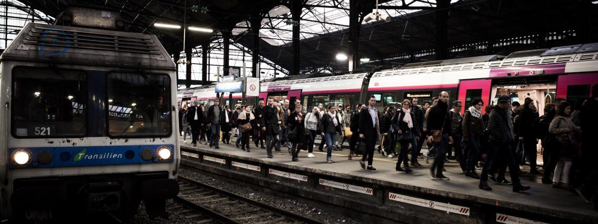 Des usagers sur un quai de la gare Saint-Lazare, le 9 avril 2018.