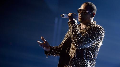 """R. Kelly, le """"roi du R&B"""" que les accusations d'abus sexuels n'ont jamais fait taire"""