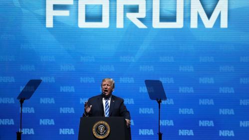 """Une """"mise en scène méprisante et indigne"""" : les politiques français répondent à Donald Trump après ses propos sur le Bataclan"""