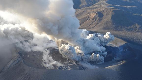 Une vue aérienne du montShinmoedake en éruption, le 6 mars 2018, au Japon.