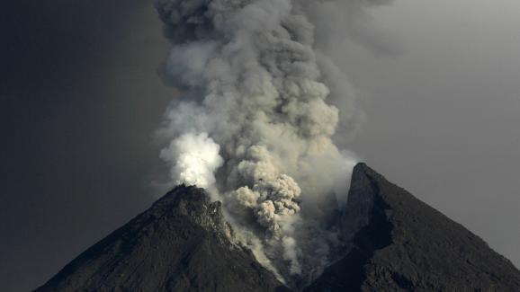 Le mont Merapi entre en éruption le 15 novembre 2010, sur l\'île de Java (Indonésie).