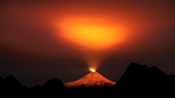Le volcan Villarrica (Chili) entre en éruption le 10 mai 2015.