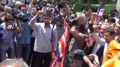 """VIDEO. """"Mort à l'Amérique"""" : des Iraniens brûlent des drapeaux américains après les frappes israéliennes en Syrie"""