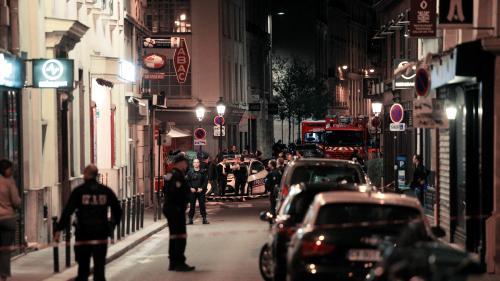 """VIDEO. """"Il marchait, les mains pleines de sang"""" : des témoins racontent l'attaque au couteau à Paris"""
