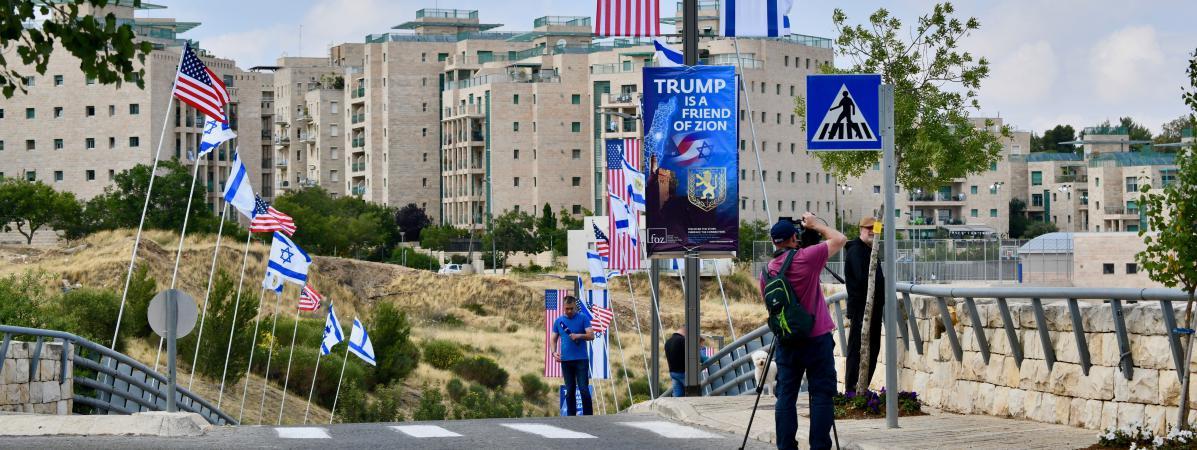 Dans les rues de Jérusalem, les drapeaux américains et israéliens flottent côte à côte, le 13 mai.