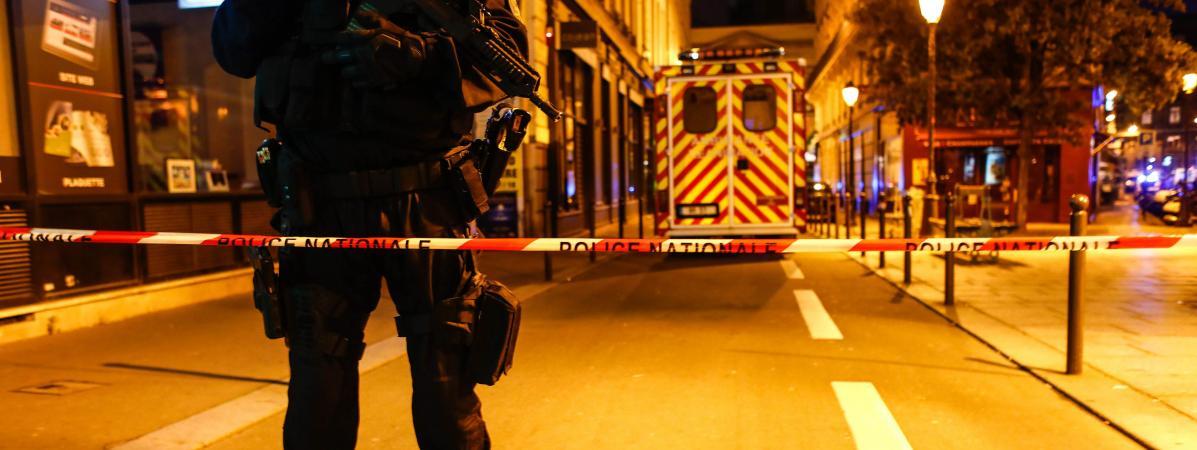Un cordon policier installé dans le 2e arrondissement de Paris, le 12 mai 2018, après l\'attaque au couteau qui a fait un mort.