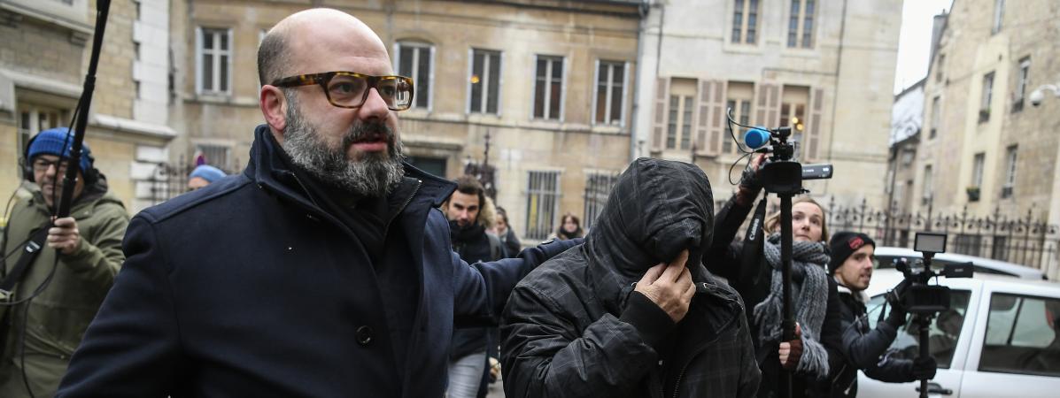 Marcel Jacob (à droite), le visage dissimulé, acompagné de son avocat, Stéphane Giuranna, à la sortie du tribunal à Dijon (Côte-d\'Or), le 4 décembre 2017.