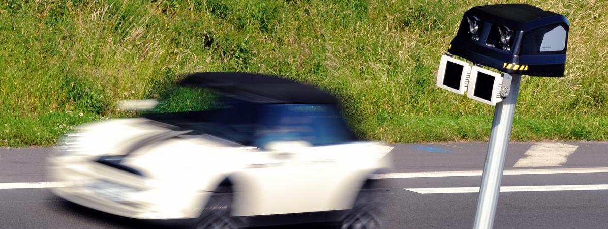 Un automobiliste passe devant un radar automatique, le 23 juin 2014 à Englos (Nord).