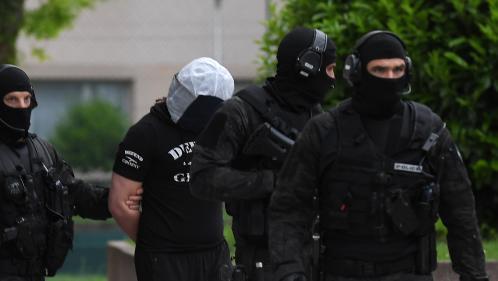 """Attaque au couteau à Paris : Abdoul Hakim A., ami de l'assaillant, mis en examen pour """"association de malfaiteurs terroriste"""""""