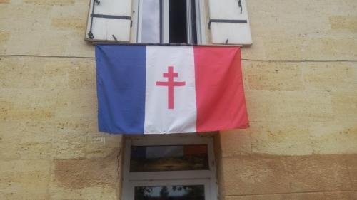 """""""C'est uniquement par patriotisme"""" : à Sainte-Terre, en Gironde, le maire et un habitant s'écharpent pour un drapeau"""