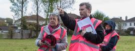 Des militants anti-avortement participent à une action de porte-à-porte dans un quartier deGalway (Irlande), le 3 mai 2018.
