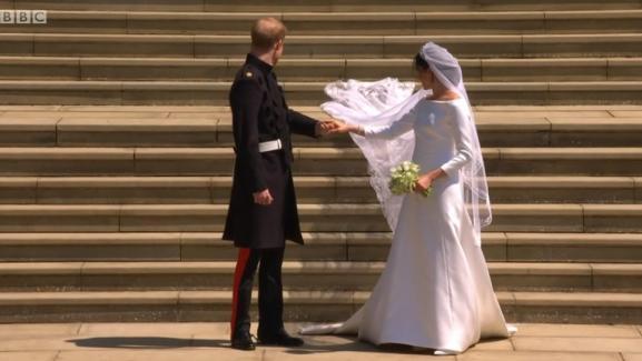 Mariage Royal La Robe De Meghan Markle Creee Par Clare