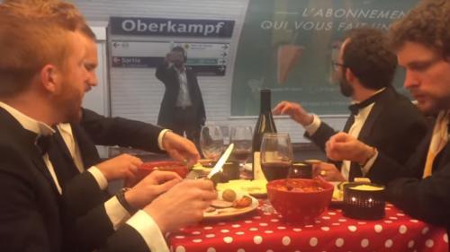 """VIDEO. """"Les usagers ont vraiment tous rigolé"""" : quand un groupe d'amis mange une raclette dans le métro parisien"""