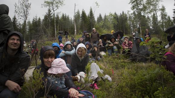 Des Norvégiens assistent avec leurs enfants à la remise du manuscrit de David Mitchell à la Bibliothèque du futur, le 28 mai 2016.
