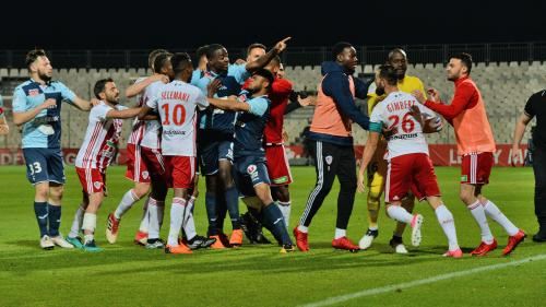 Foot : car caillassé, report contesté, gifle... Ce qui pose problème avec le match Ajaccio-Le Havre