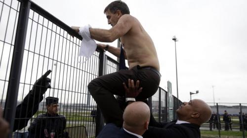 """""""Chemise arrachée"""" : quatre anciens salariés d'Air France condamnés à des peines de3à4mois de prison avec sursis"""