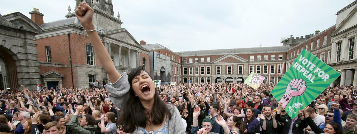 Les pro-avortement exultent à l\'annonce des résultats du référendum, le 26 mai à Dublin.