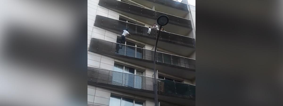 Vidéo repostée sur Facebook montrant un homme escaladant la façade d\'un immeuble pour sauver un enfant.
