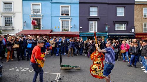 Londres met en place le paiement sans contact pour soutenir les musiciens de rue  https://www.francetvinfo.fr/monde/royaume-uni/royaume-uni-la-ville-de-londres-met-en-place-le-paiement-sans-contact-pour-soutenir-les-musiciens-de-rue_2774168.html…pic.twit