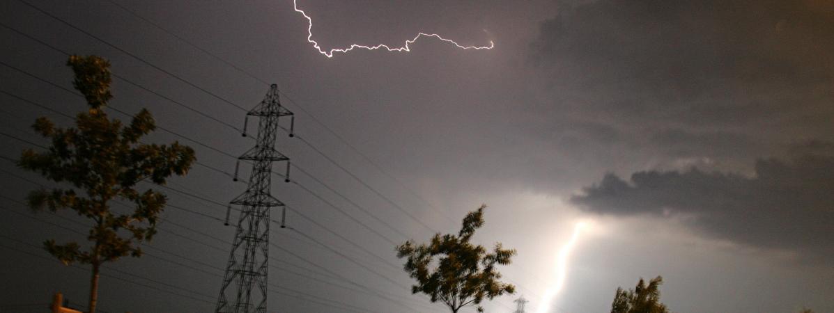 La foudre tombe sur une ligne électrique à Toulouse, le 27 juillet 2006.