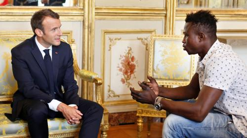 "VIDEO. ""Dieu merci, je l'ai sauvé"" : Mamoudou Gassama raconte à Emmanuel Macron comment il a secouru un enfant à Paris"
