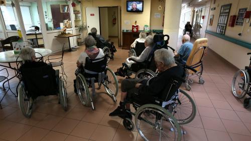 """REPLAY. Nourriture rationnée, soins bâclés, personnel insuffisant... Regardez l'enquête d'""""Envoyé spécial"""" sur les maisons de retraite privées"""