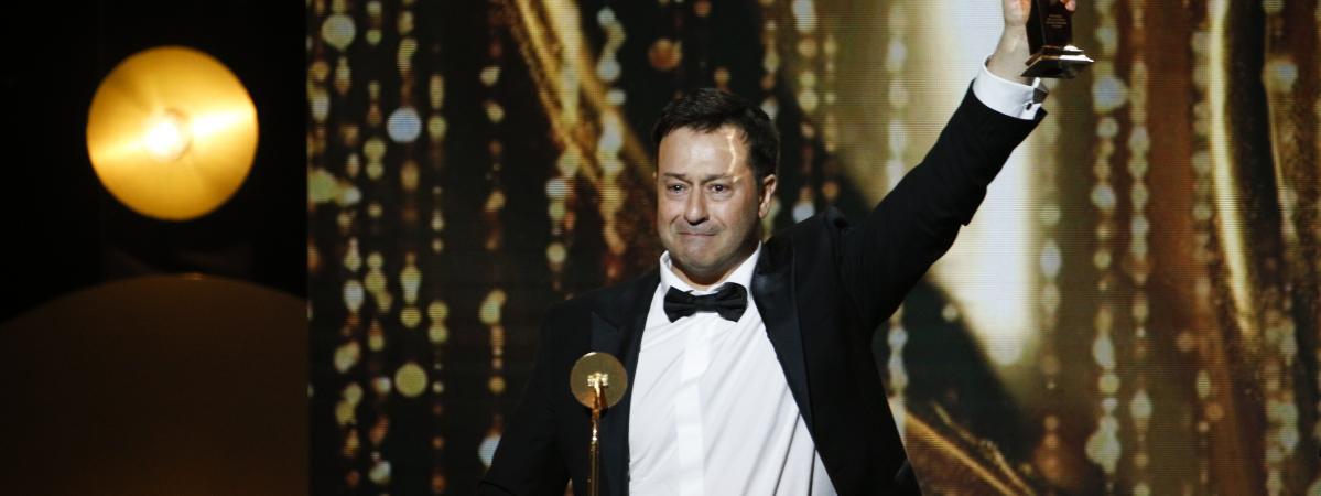 """Le metteur en scène Jean-Philippe Daguerre reçoit le Molière du meilleur auteur pour \""""Adieu Monsieur Haffmann\"""", le 28 mai 2018, à la salle Pleyel, à Paris."""