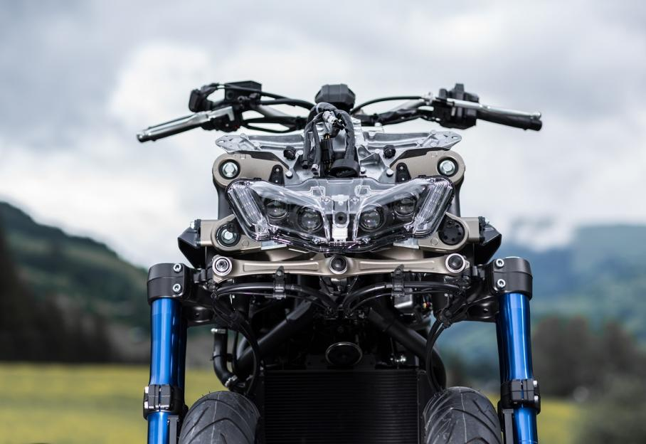 Lauto Et La Moto Le Yamaha Niken La Première Moto à Trois Roues