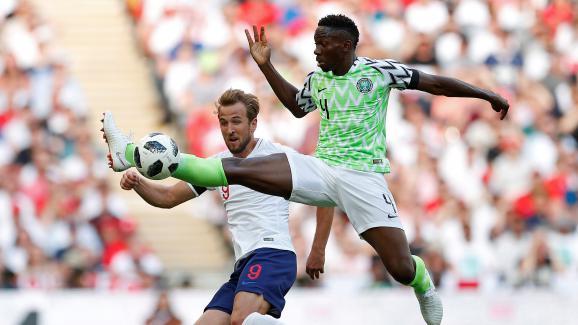 Le joueur nigérian Kenneth Omeruo intervient devant l\'Anglais Harry Kane lors d\'un match amical à Londres, le 2 juin 2018.