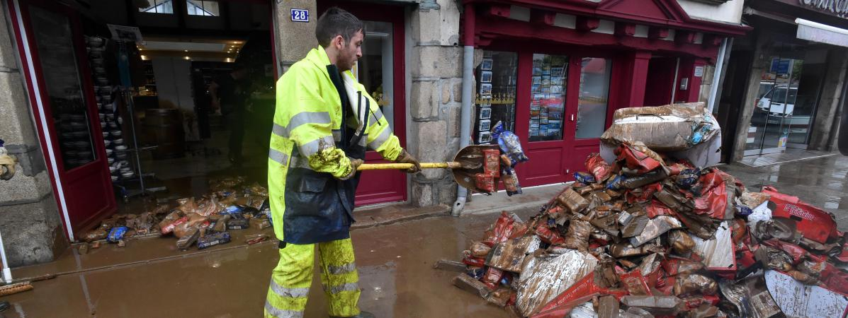 A Morlaix (Finistère), lundi 4 juin 2018, les opérations de nettoyage et de déblaiement, après les inondations de dimanche.